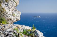 Widok morze śródziemnomorskie i wyspa Filfla od Dingli falez, Malta zdjęcie stock