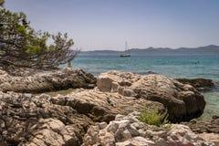 Widok morze i skalisty dalmatian suniemy blisko Zadar, Chorwacja obraz stock