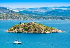 Widok morze na Tolo z małą wyspą i catamaran zdjęcia stock