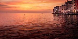 Widok morze zatoka, chmurny niebo i domy stary morski miasteczko, Zdjęcia Royalty Free