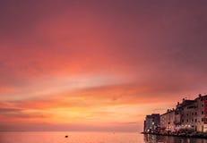 Widok morze zatoka, chmurny niebo i domy stary morski miasteczko, Obrazy Stock