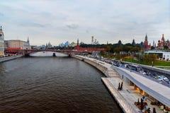 Widok Moskvoretskaya Moskwa i bulwaru rzeka od Zaryadye parka moscow Rosja Zdjęcie Stock