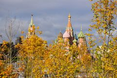 Widok Moskwa Kremlin i stBasil katedra zdjęcia stock