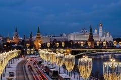 Widok Moskwa rzeka i Kremlin bulwar przy nocą od Patriarchalnego mostu obrazy stock