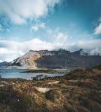 Widok most nad górami w Lofoten wyspach i morzem, Norwegia Hamnoy grań przy zmierzchem w zimie Krajobraz z zdjęcia royalty free