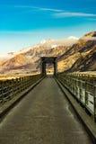 Widok most, znak i góry, Zdjęcia Royalty Free