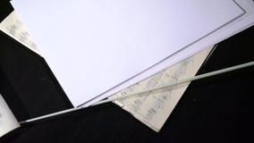 Widok muzyk notatki i dyrygenta ` s wtykamy na stole zbiory