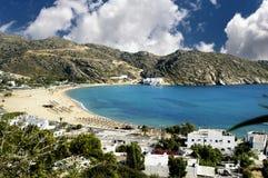 Widok Mylopotas plaża, Ios wyspa, Grecja Zdjęcie Stock