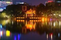 Widok na świątyni chabet góra na Hoan Kiem jeziorze w nocy iluminaci Vietnam hanoi Obraz Stock