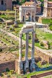 Widok na świątyni i łuk Septimius Severus w Romańskim forum Rycynowy i Pollux obrazy royalty free