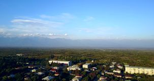 Widok na Alazan dolinie Powietrznym trutniem Gurjaani wina miasto Gruzja, Kakheti zbiory wideo