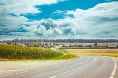 Widok na asfaltowej drodze w wsi Zdjęcie Royalty Free