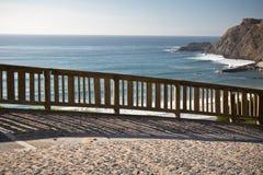 Widok na atlantyckim oceanie przez drewnianego płotowego tła Zdjęcia Royalty Free