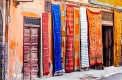 Widok na Berber dywanach w Souk Marrakech obrazy stock