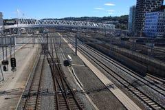 Widok na Bjorvik miejscu w Oslo z niektóre nowożytnym pociągiem i budynkami wykłada obrazy stock