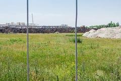 Widok na budowie przez płotowego drutu zdjęcia royalty free