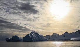 Widok na Cuverville wyspy ` s zatoce z ogromnymi górami lodowa, Antarctica Obraz Royalty Free