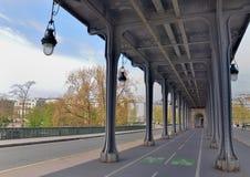 Widok na cykl ścieżce nad most w Paris obraz stock