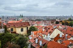 Widok na dachu antyczny święty Francis Assisi kościół i Stary miasteczko St Francis Assisi szczyci się starego organ w Praga obrazy stock