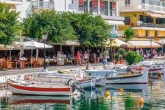 Widok na deptaku z turystami przy Aghios Nikolaos portem Zdjęcia Royalty Free