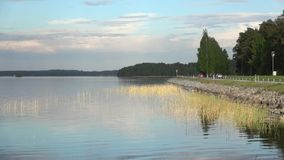 Widok na drodze jeziornym Tuunaansalmi, Czerwa wieczór Finlandia zbiory wideo