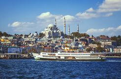 Widok na dziejowej części Istanbuł z nim ` s meczety i Eminonu bulwar Zdjęcie Stock