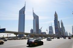 Widok na emiratach i Sheikh Zayed drodze Góruje obraz stock
