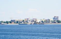 Widok na Engels mieście od Volga rzeki Rosja obrazy stock