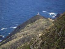 Widok na Faro De Anaga latarni morskiej z zielonych wzgórzy błękitnym dennym atla Zdjęcia Stock