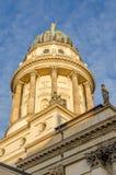 Widok na Francuskiej katedrze przy Gendarmenmarkt kwadratem w złotym popołudnia świetle, Berlin, Niemcy fotografia royalty free