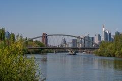 widok na głównym rzeki i Frankfurt linia horyzontu od littoral, Frankfurt, Hesse, Germany fotografia stock
