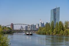 widok na głównym rzeki i Frankfurt linia horyzontu od littoral, Frankfurt, Hesse, Germany obrazy stock
