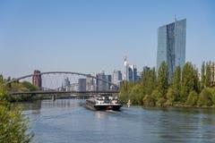 widok na głównym rzeki i Frankfurt linia horyzontu od littoral, Frankfurt, Hesse, Germany zdjęcia royalty free