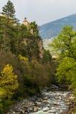 Widok na Grodowym Zenoburg z rzeką i Passeier doliną obramiającymi zieleń krajobrazem Tirol wioska, Gubernialny Bolzano, Po?udnio zdjęcie stock