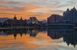 Widok na hotelach i Czerwonym morzu przy nocą Zdjęcie Royalty Free