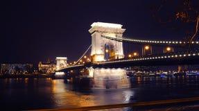 Widok na iluminującym Szechenyi Łańcuszkowym moscie Zdjęcia Royalty Free