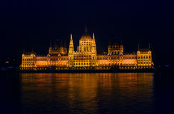 Widok na iluminującym parlamencie Budapest Zdjęcia Royalty Free