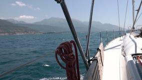 Widok na jachtu łęku unosi się na Adriatyckim morzu zbiory