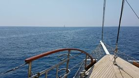 Widok na jachtu łęku unosi się na morzu zbiory wideo