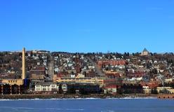 Widok na jeziornym brzeg i miasteczku od Parkowego punktu Rekreacyjnego terenu w Duluth, Minnestoa zdjęcia royalty free