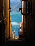 Widok na Jeziornym Como przez bystreet Varenna obraz stock