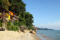 Widok na kolorowych ma?ych drewnianych domach na ska?ach blisko morze mi?dzy d?unglami na tle tropikalny las deszczowy fotografia stock