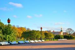 Widok na Konstruuje Mikhailovsky kasztelu aleja z Fotografia Royalty Free