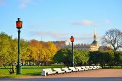Widok na Konstruuje Mikhailovsky latarniach ulicznych i kasztelu Zdjęcie Royalty Free