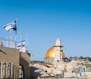 Widok na kopule Rockowy meczet w Jerozolima i izraelita zaznacza od balkonu podczas słonecznego dnia z kopii przestrzenią obrazy royalty free