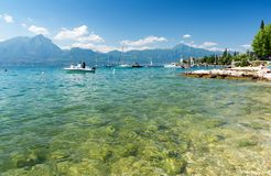 Widok na krysztale - jasna woda w Jeziornym Gardzie, Włochy Obraz Stock