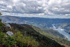 Widok na Lima rzece meandering przez Peneda Geres jedyny park narodowy w Portugalia, lokalizowa? w Norte regionie obraz royalty free