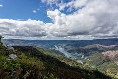 Widok na Lima rzece meandering przez Peneda Geres jedyny park narodowy w Portugalia, lokalizowa? w Norte regionie zdjęcia stock
