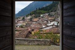 Widok na Limone przez otwarte drzwi, Jeziorny Garda, Włochy Obrazy Stock