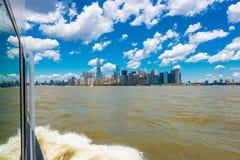 Widok na Manhattan NYC od żeglowanie łodzi Fotografia Stock
